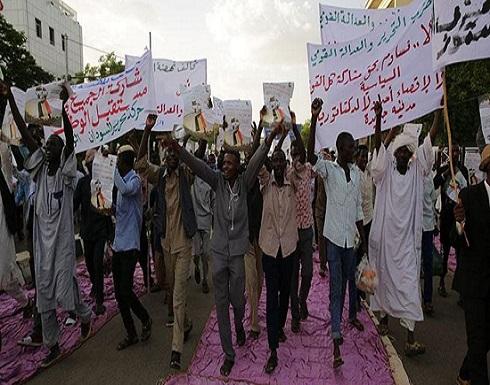 """مسيرة داعمة للعسكري السوداني.. و""""نصرة الشريعة"""" ينسحب"""