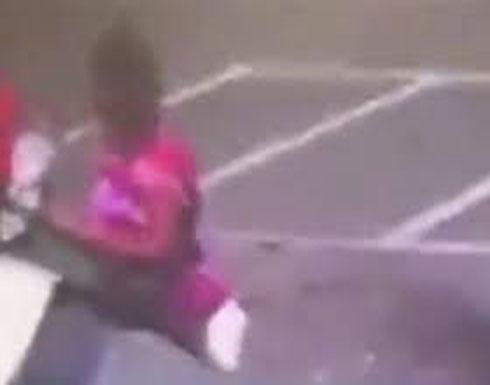 أم تقتل طفلها الرضيع بعد دخولها في عراك مع امرأة أخرى (فيديو)