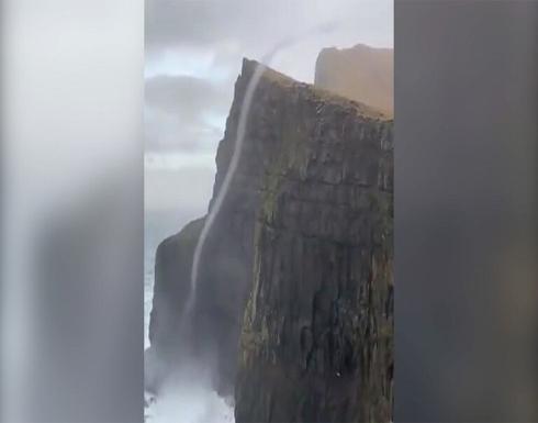 بالفيديو: شلال يتحدى الجاذبية وتتدفق مياهه نحو الأعلى في جزيرة فارو