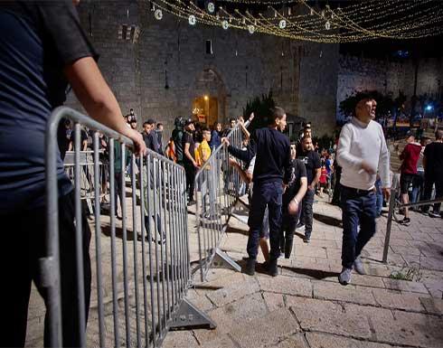 قوات الاحتلال الإسرائيلي تعتدي على فلسطينيين في باب العامود .. بالفيديو