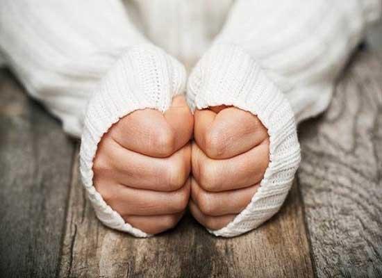 بعيدا عن الطقس.. هذه أسباب برودة أصابع اليدين