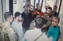 جنود لبنانيون يعتدون على طبيب بالضرب .. شاهد