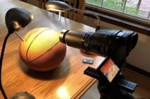 """بالصورة : الأرض مسطحة أم كروية.. كرة وكاميرا تحسمان """"القضية"""""""