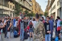 بالفيديو : محتجون لبنانيون يلقون النفايات أمام منازل سياسيين في طرابلس