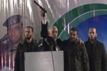 """السنوار يعرض سلاحا غنمته """"القسام"""" من الخلية الإسرائيلية (شاهد)"""