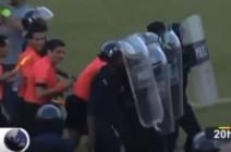 بالفيديو: ضرب حكم نهائي البطولة العربية مجددًا.. والأمن ينقذه بالقنابل