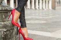 موديلات أحذية باللون الأحمر موضة 2021