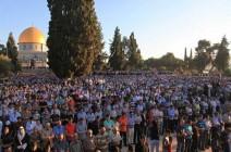 """120 ألفا يصلون العيد بـ""""الأقصى"""" رغم التضييقات الإسرائيلية"""