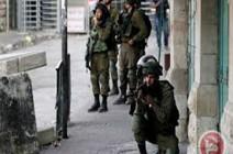 شاهد: جنود الاحتلال يداهمون مدرسة ويعتقلون طفلا في الخليل
