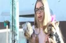 امرأة تنقذ جروا من مخالب صقر جائع (فيديو)