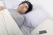 احذروا من وضع سماعات الأذن قبل النوم
