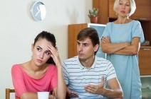 هل إنصاف الزوج لزوجته على أمه فيه إثم؟.. داعية يجيب