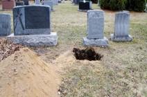 ذهب لدفن ابنته ...هندي يعثر على رضيعة على قيد الحياة تحت التراب