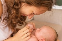 بعد الولادة.. كيف تعتنين ببشرتك بطرق طبيعية؟