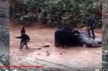 شاهد بالفيديو .. انتشال طفلة جرفتها السيول في مادبا