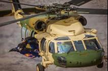 ولي العهد يحلق عبر طائرة مروحية بفريق قوة ريد بُل الجوية لأداء قفزة في البحر الميت