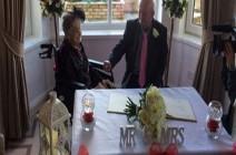 بعد علاقة لـ 30 عاماً.. بريطانية تبلغ عمرها 100 عامٍ تتزوج حبيبها (فيديو)