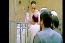 شاهدوا بالفيديو.... كيف كان شيعة أيران يتبركون بالخميني