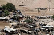 بالصورة : الاحتلال يسلم اهالي الخان الاحمر إخطارات بهدم منازلهم بأيديهم