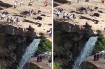 رجل متهور يلقى حتفه بعد وقوفه بالقرب من شلال (فيديو)