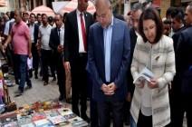 بالصور.. رئيس العراق في شارع المتنبي ومقهى الشابندر