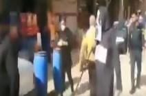 بالفيديو : رجال بلباس اسود ومناجل في سوق خرمشهر بإيران لتخويف الناس