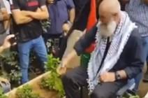 شاهد .. الأسير المحرر محمود جبارين يبكي أمام قبر أمه ويناجيها