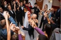 (صور) لاعب كمال أجسام كازاخستاني يعلن زواجه من دمية