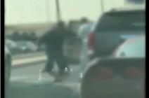 بالفيديو : مختل عقليا يعتدي على المارة باداة حادة في الكويت