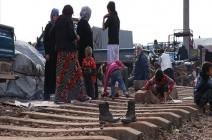 نازحون سوريون يفترشون سكة حديد بانتظار قطار الفرج