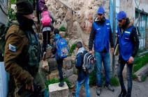 بالصور : شبان يرافقون أطفال الخليل للمدارس بعد مغادرة المراقبين