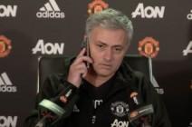مورينيو يقطع المؤتمر الصحفي ويجيب على هاتف أحد المراسلين