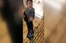 الشرطة الإسرائيلية تعتدي على مواطن أمام أطفاله بالقدس .. بالفيديو