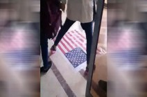 """شاهد بالفيديو .. """"تجنب طلاب إيرانيين الدوس على العلم الأمريكي"""""""