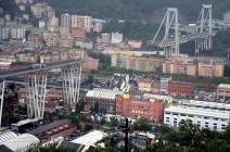 شاهد.. اللحظات الأولى لانهيار جسر السيارات في إيطاليا