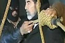 بالفيديو:  اللحظات الاخيرة لصدام حسين على منصة المشنقة