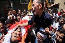 بالفيديو : لقطات مؤثرة لنجل شهيد مسعف خلال تشييعه بغزة