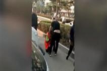 زوجان يضربان عاملة نظافة حاولت منع طفلهما من قضاء حاجته (فيديو)