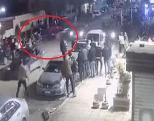 شاهد : سائق يهرب من مشاجرة ويدهس عدداً من المارة في مصر