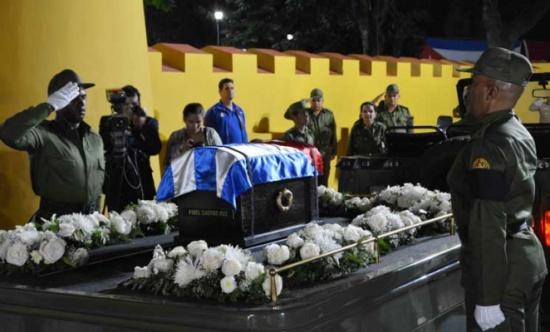 رماد فيدل كاسترو يصل إلى سانتياغو دي كوبا مهد ثورته لوداع أخير