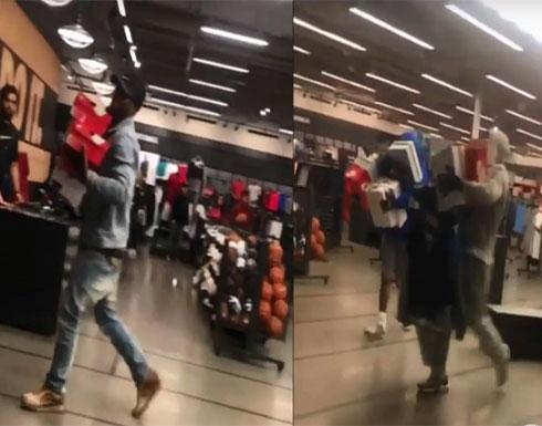 """بالفيديو.. لصوص يسرقون أحذية رياضية بـ""""جرأة وثقة"""""""