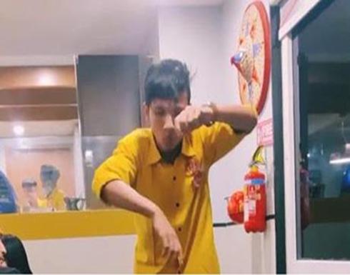 بالفيديو .. شاب هندي يجمع بين عمله كنادل وهوايته بالرّقص