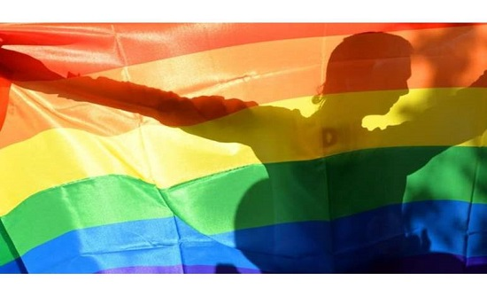 بالصورة : رهف القنون ترفع علم المثليين