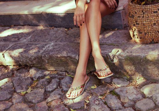 اكتشفي المخاطر الصحية لارتداء الأحذية المكشوفة في الصيف
