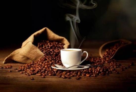 التدليك بالقهوة يشدّ الأرداف.. إليكِ الطريقة