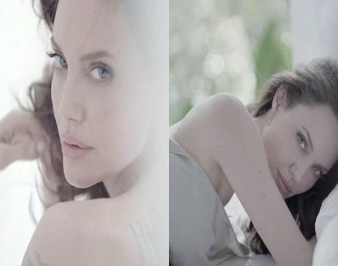 """اطلالة جريئة لأنجلينا جولي: تغطي جسدها بـ """"شرشف"""" فقط..صور"""