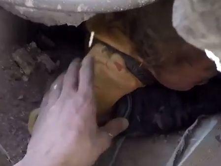 شاهد .. انتشال طفل رضيع من تحت الأنقاض نتيجة قصف النظام على ريف دمشق