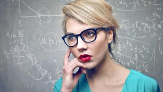 دراسة: المرأة الذكية أقل جاذبية بالنسبة للرجال!