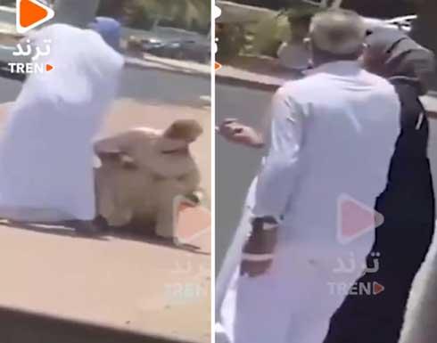 """الكويت.. فيديو لشخص يعتدي بالضرب على وافد """"مسن"""""""