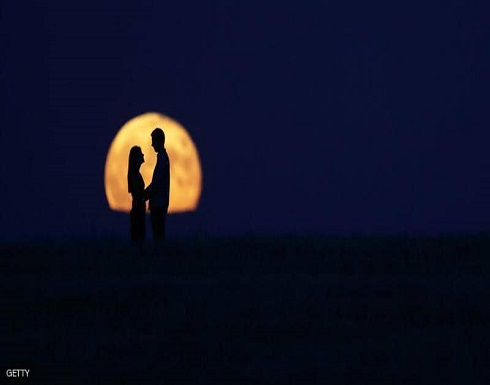 """ملياردير يبحث عن """"حب حياته"""".. ويعدها برحلة إلى القمر"""